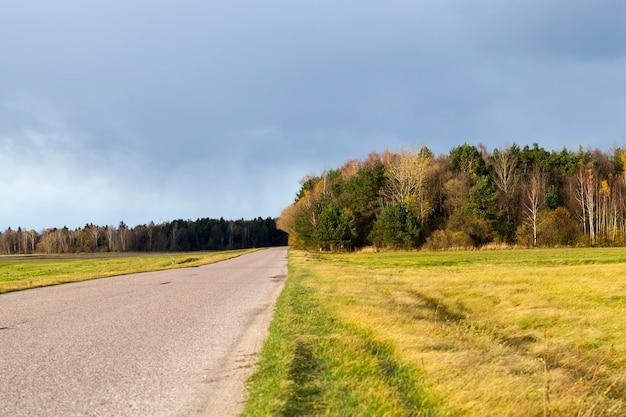 Een rustige weg in het herfstseizoen