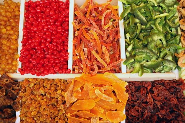 Een samenstelling van verschillende gedroogde vruchten op een markt