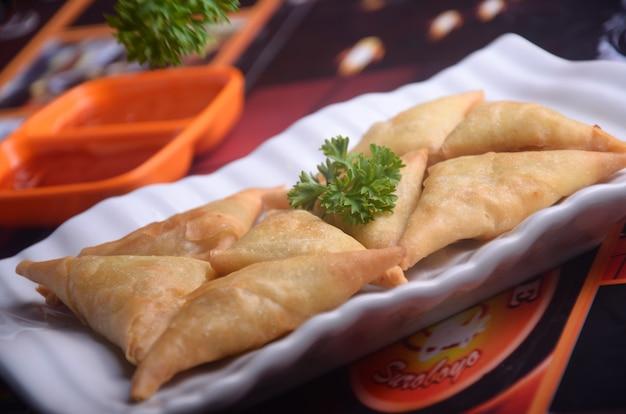 Een samosa is een gebakken of gebakken gerecht met hartige vulling