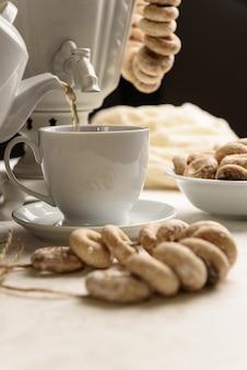 Een samovar met bagels en hete thee op het witte tafelkleed