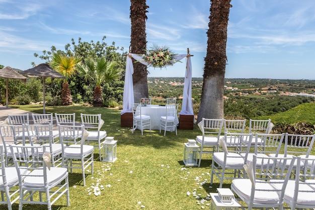 Een scène voor huwelijksceremonie. in de natuur.
