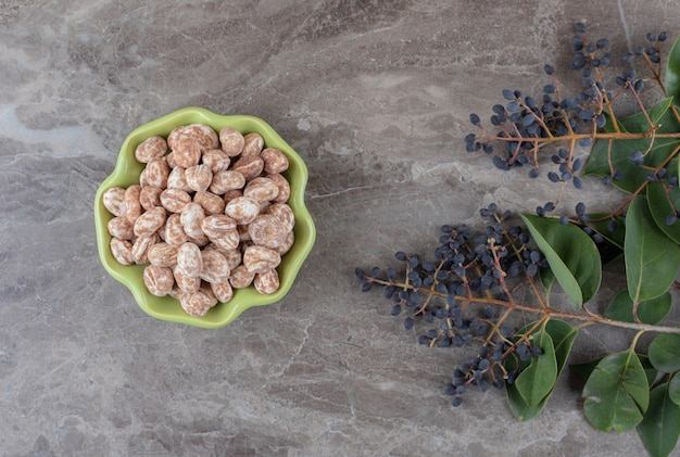 Een schaal met banketbakkerij met druivenmost en bladeren, op het marmeren oppervlak