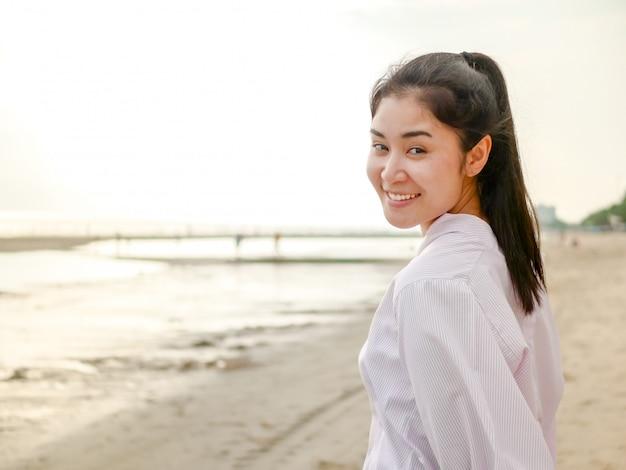 Een schattig aziatisch meisje, in een reismoment, poseert ze en lachend voor take a photo at outdoor.
