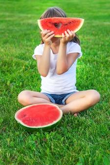 Een schattig kind dat watermeloen eet