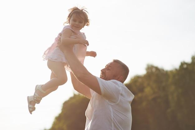 Een schattig klein meisje brengt tijd door met haar geliefde grootvader in het park