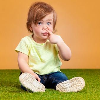 Een schattig meisje op oranje