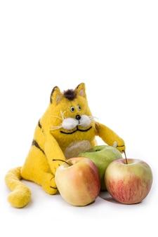 Een schattige gele kat knuffel met appels