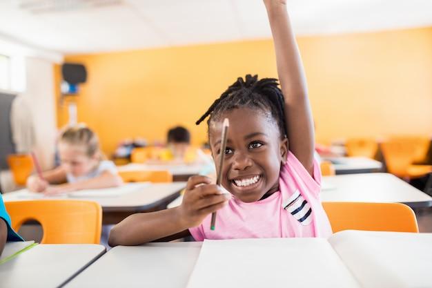 Een schattige leerling hand opsteken