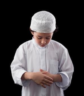 Een schattige moslim jongen bidden