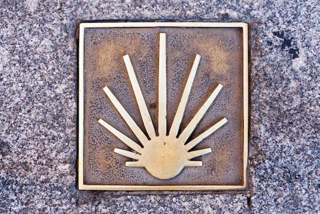 Een schelp op de grond symboliseert de weg naar santiago de compostela - bedevaarten