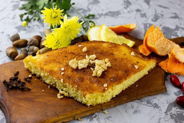 Een schijfje citroentaart met een plaats voor de inscriptie. wintervoedsel, zelfgemaakt gebak. kwarktaart met winterfruit