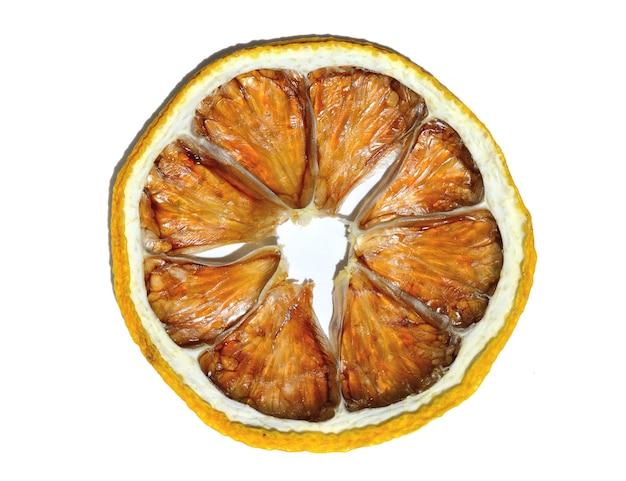Een schijfje gedroogde citroen ligt op een witte achtergrond. isoleren.