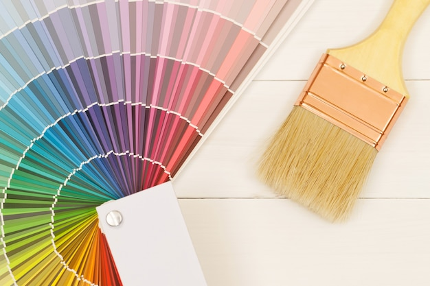 Een schilder kiest een verftint voor het interieur van de muren van het huis. met interieur