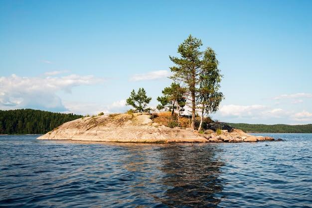 Een schilderachtig klein eiland aan het meer