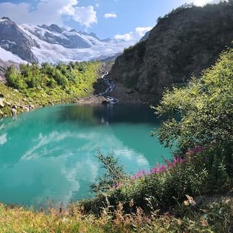 Een schilderachtig meer in de bergen van de kaukasus, dombay