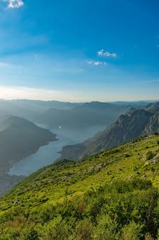 Een schilderachtig uitzicht op de baai van kotor opent vanuit een uitkijkpunt op de top van de berg.