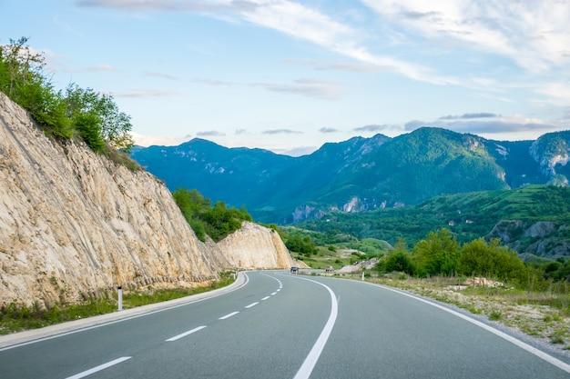 Een schilderachtige reis langs de wegen van montenegro tussen rotsen en tunnels