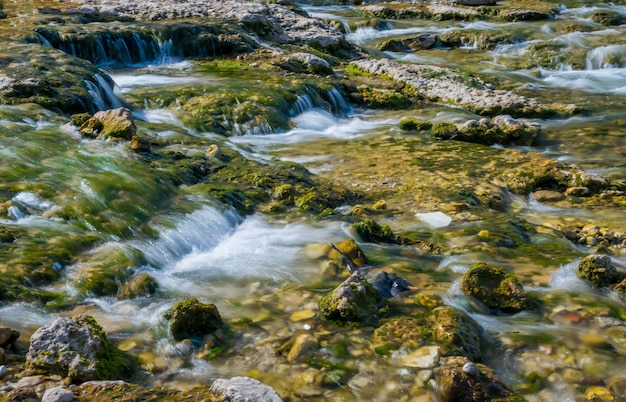Een schilderachtige stormachtige rivier stroomt door de stad mostar.