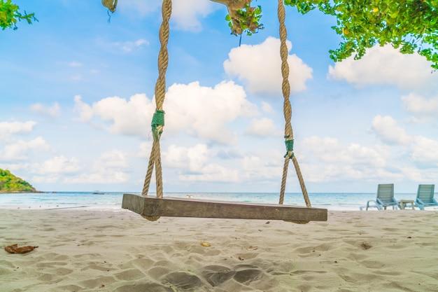 Een schommel op het strand