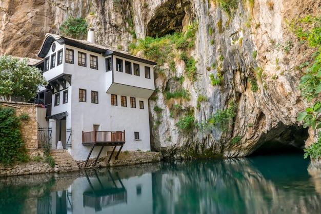 Een schone ondergrondse rivier komt uit een grot in de buurt van een islamitische moskee.