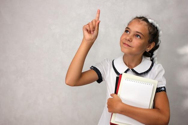 Een schoolmeisje met boeken in haar handen