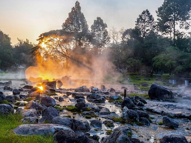 Een schoonheid van de hete lente in chae son national park, lampang, thailand