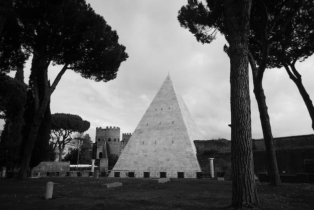Een schot van een piramide en een kasteel in een bos