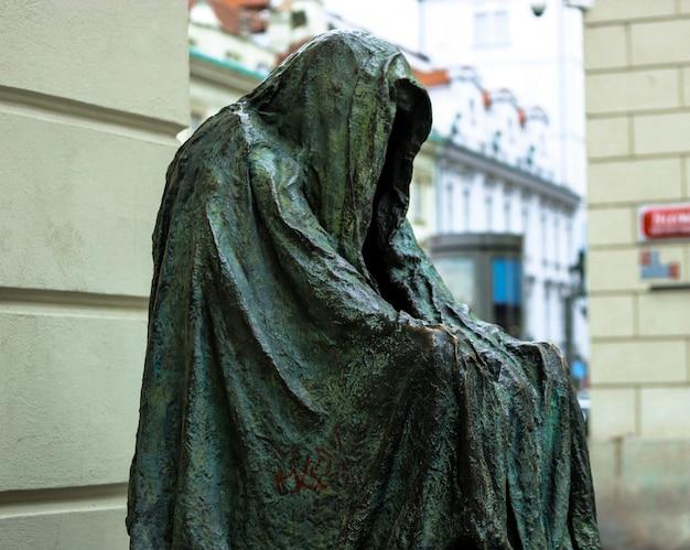 Een sculptuur van anna chromy 'il commendatore' (cloak of conscience) in praag
