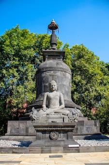 Een sculptuur van gevleugelde boeddha uit de borobudur-tempel. indonesië