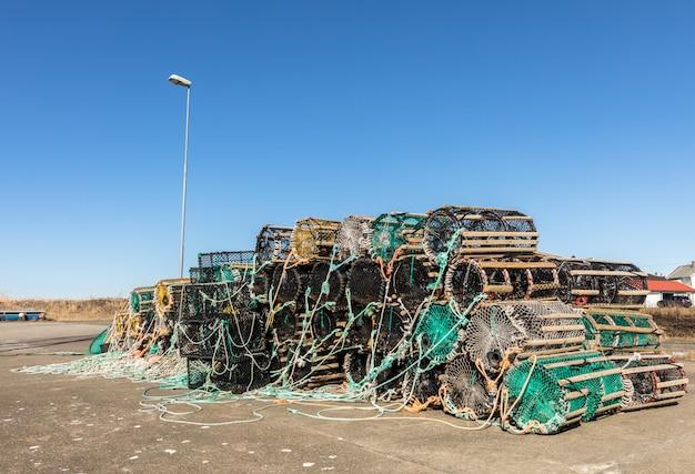 Een selectie van kreeftpotten op het land, in het kleine vissersdorp lista, noorwegen