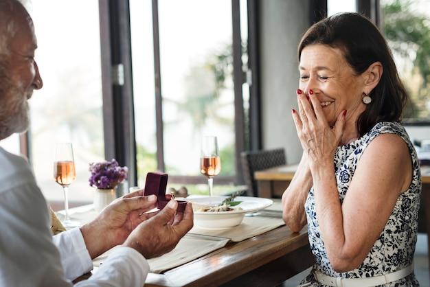 Een senior paar huwelijksaanzoek