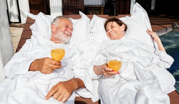 Een senior paar ontspannen