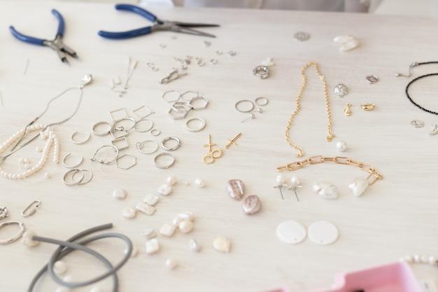 Een set accessoires en gereedschappen voor het maken van handwerk en handgemaakt sieraden