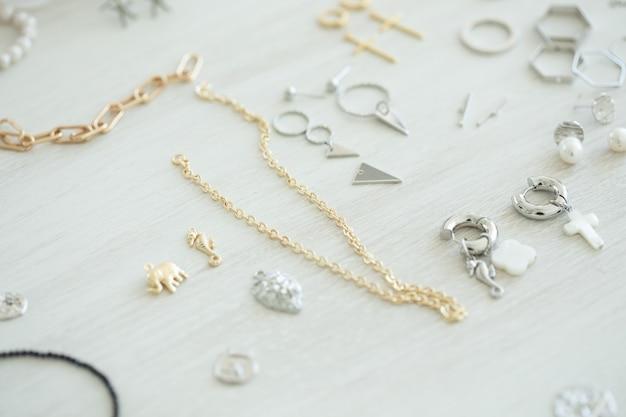 Een set accessoires en gereedschappen voor het maken van sieraden. handwerk en handgemaakt.
