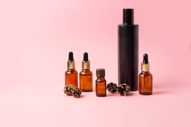 Een set amberkleurige flessen voor etherische oliën en cosmetica. glazen fles. druppelaar, spuitfles