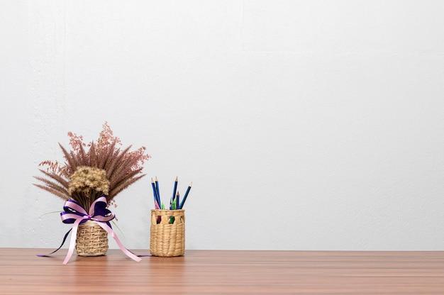 Een set briefpapierpennen bij het bureau