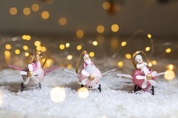 Een set decoratieve beeldjes met kerstthema.