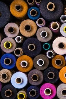 Een set draden van verschillende kleuren en maten