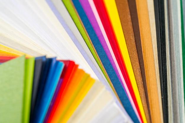 Een set gekleurd papier voor monster