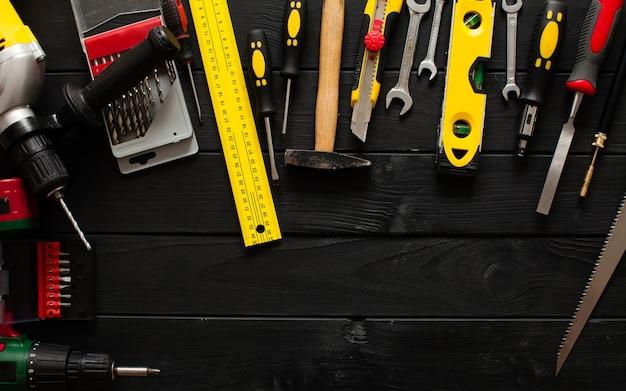 Een set gereedschappen in een halve cirkel op de houten tafel met kopieerruimte