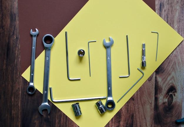 Een set gereedschappen voor het repareren van de machine