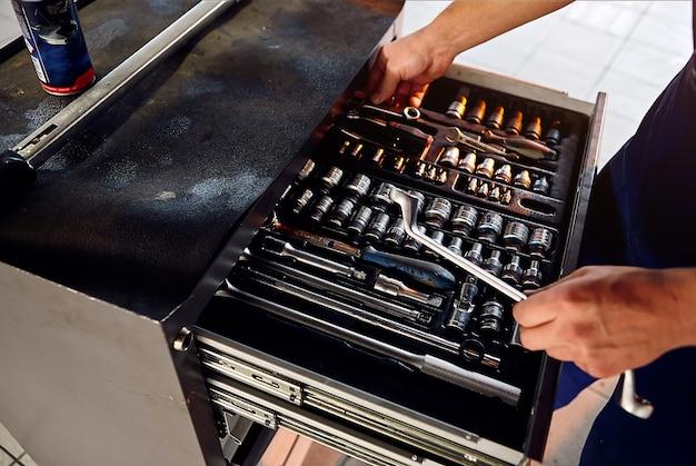 Een set gereedschappen voor reparatie in autoservice