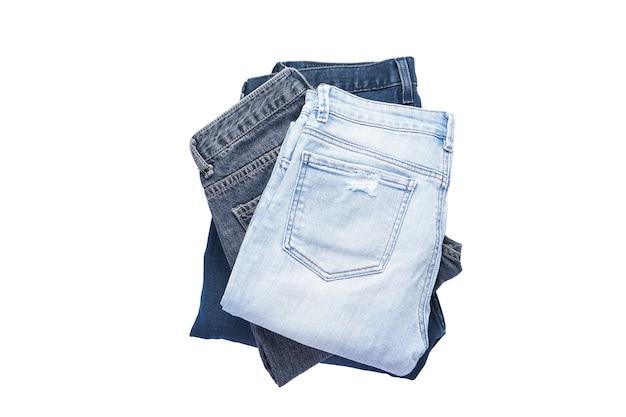 Een set gevouwen jeans geïsoleerd, plat lag.