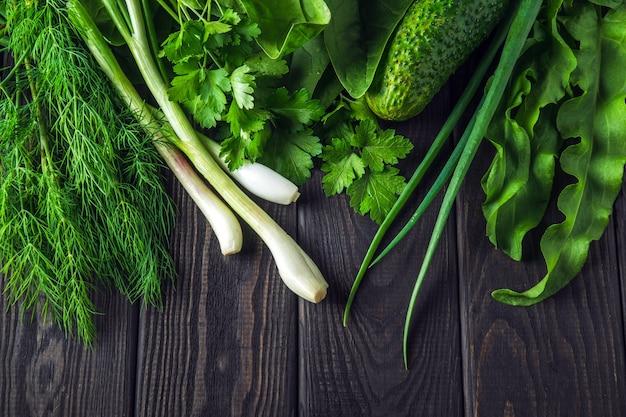 Een set groenten voor een saladedieet op een zwarte tafel