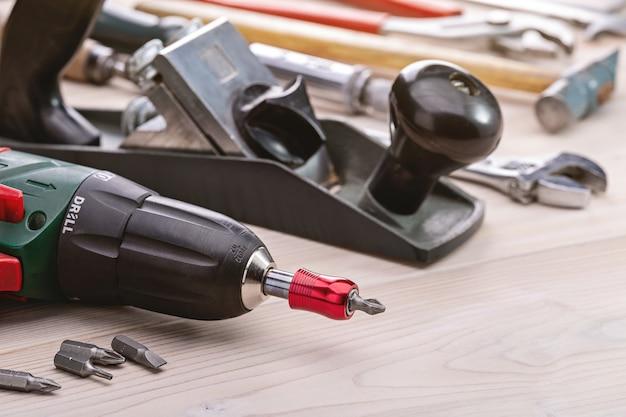 Een set hulpmiddelen om huishoudelijke taken uit te voeren. achtergrond van huishoudelijke hulpmiddelen. close-up, studio-opname, kopie ruimte.