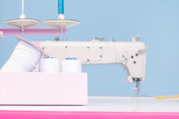 Een set items voor handwerk: draden, naalden, pinnen, schaar, meetlint, enz.
