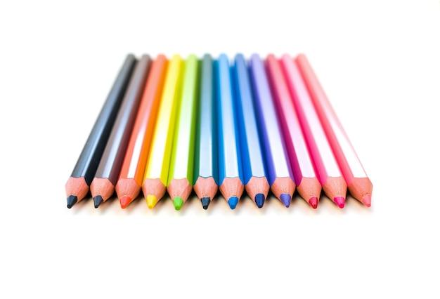 Een set kleurpotloden van alle kleuren van de regenboog. vooraanzicht