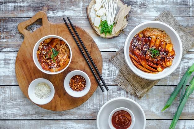 Een set koreaans eten wordt warm geserveerd.