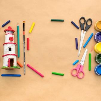 Een set materialen voor creativiteit en tekenen van hobby's.
