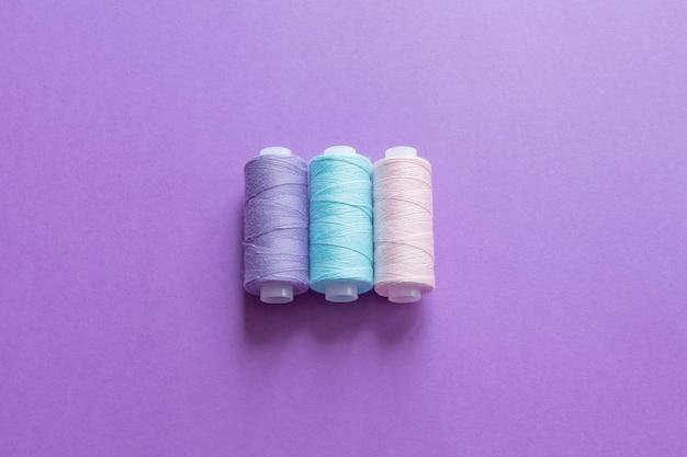 Een set naaigaren op paars